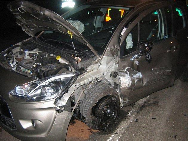 VČeské Třebové se vnoci čelně střetla dvě auta.