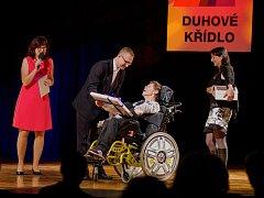 Radní Pardubického kraje Pavel Šotola udělil mimořádnou cenu Tomáši Rybičkovi, který je obyvatelem Domova pod hradem Žampach, za vítězné video z mezinárodního filmového festivalu Mental Power.