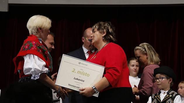 Vesnice roku 2017 zná své vítěze, výsledky byly v sobotu vyhlášeny v Luhačovicích. Za Lukavici na Orlickoústecku, která získala druhé místo, cenu převzala od ministryně pro místní rozvoj Karly Šlechtové starostka obce Ilona Severová.