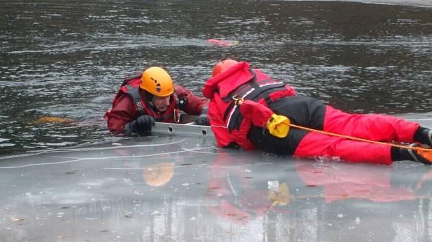 Cvičení vodních záchranářů a hasičů v Pastvinách.