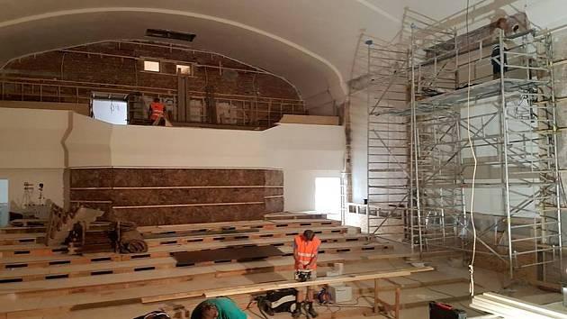 Z rekonstrukce kina v Jablonném nad Orlicí.