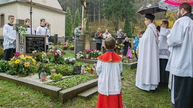 Pobožnost u hrobu Anny Bohuslavy Tomanové na hřbitově v Klášterci nad Orlicí.