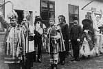 Dnes je svátek svatého Mikuláše, na jehož předvečer se těší zejména ti nejmenší. Snímky z archivu Martina Šebely připomeneme, jak svátek slavili naši předchůdci. Mikulášské průvody tzv. maškar bývaly v České Třebové v minulosti velice oblíbené.