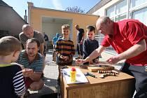 """Projektem nazvaným """"S tatínkem v dílně"""" otevřela mateřská škola v Ústí nad Orlicí - Kerharticích nově vybudovanou venkovní učebnu."""