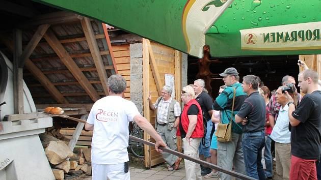 Pečení chleba v replice staré chlebové pece v Sopotnici.