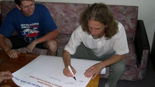 Také starosta vysokého Mýta Martin Krejza (na snímku vpravo) podepsal prohlášení Města bez drog.