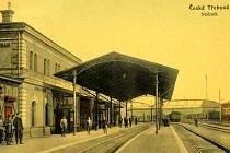 Na snímku, který je z archivu Martina Šebely, vidíme českotřebovské nádraží ze směru od Prahy před rokem 1918 s personálem stanice a skupinkou cestujících na 2. nástupišti.