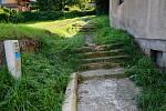 Poškozené schody v průchodu mezi ul. Dobrovského a Třešňoveckou