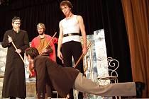 Divadelní spolek Mušle z Lanškrouna loni (na snímku je ze hry České nebe) i letos vsadil na Cimrmana. Letos uvedl premiéru Vraždy v salonním kupé.