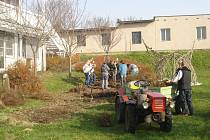 Úpravy zahrady u pavilonu dětského oddělení Orlickoústecké nemocnice.