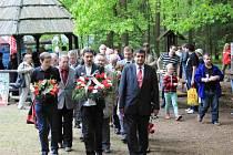Setkání občanů u hrobu Saši Bogdanova u Srubů na Choceňsku.