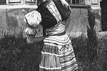 Usměvavá Marie Kvasnicová v pestrém kroji.