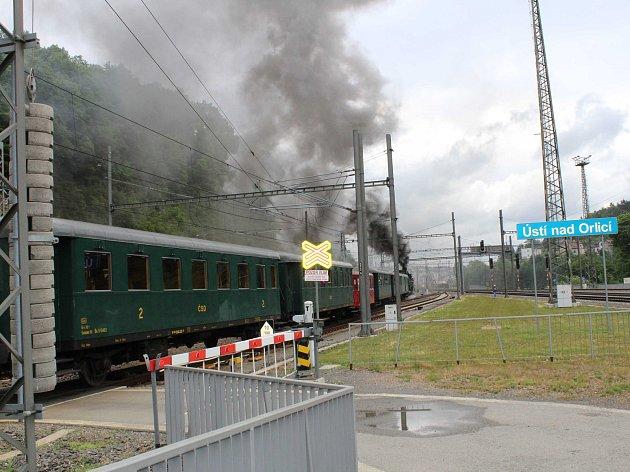 Parní lokomotiva Rosnička v čele historického vlaku Králický Sněžník.