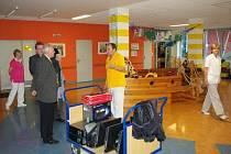 Představitelé Vysokého Mýta předali primáři dětského oddělení Orlickoústecké nemocnice čtyři počítače.