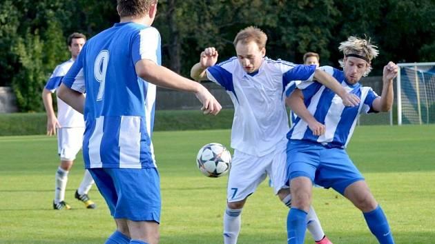 ZTRÁTA Vítězslava Hrubého (u míče) byla pro Žamberk citelná. Zranění jej vyřadilo ze hry a jeho góly chyběly.