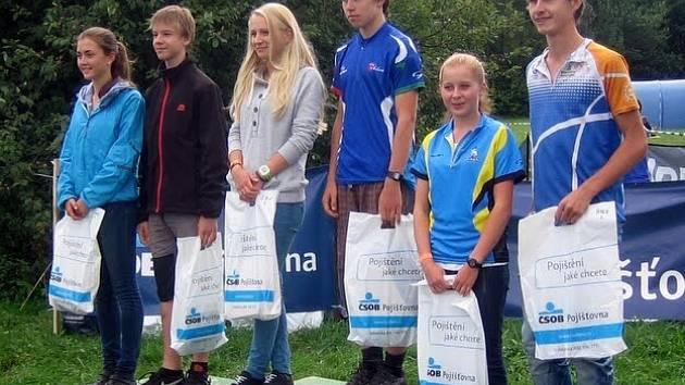 ORIENTAČNÍ BĚŽCI Doubravka Jansová ze Sokola Žamberk a Ladislav Semrád (KOB Choceň) se postavili v kategorii mladšího dorostu na třetí místo stupňů vítězů.