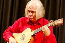 Karel Fleischlinger na kytaru zahrál skladby z doby renesance i baroka.