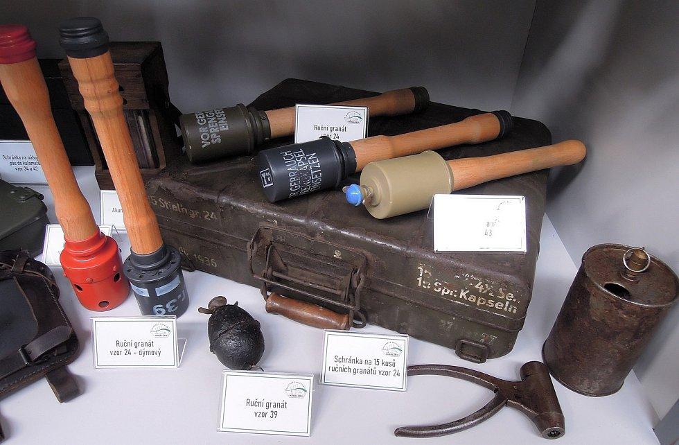 Na návštěvníky čekají i různé typy německých ručních granátů, samozřejmě se jedná o repliky nebo znehodnocené, nefunkční kusy. Zdroj: Vojenské muzeum Králíky