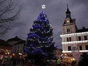 V Chocni se v úterý na náměstí  u vánočního stromu konal  jarmark, který už tradičně končil mikulášskou nadílkou.