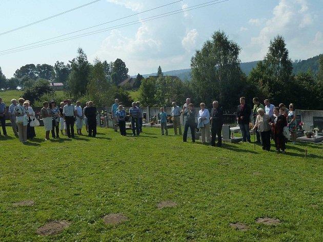 Odhalení plastiky se jmény obětí transportu smrti na hřbitově vDlouhé Třebové.