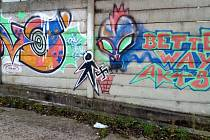 Graffiti postavy vhazující hákový kříž do odpadkového koše v areálu skateparku v Ústí nad Orlicí