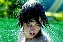 Osvěžení v parných dnech mnohým přinesla sprcha a pobyt u vody. V panujících vedrech se doporučuje nepobývat na přímém slunci, snížit tělesnou zátěž a zvýšit konzumaci tekutin.