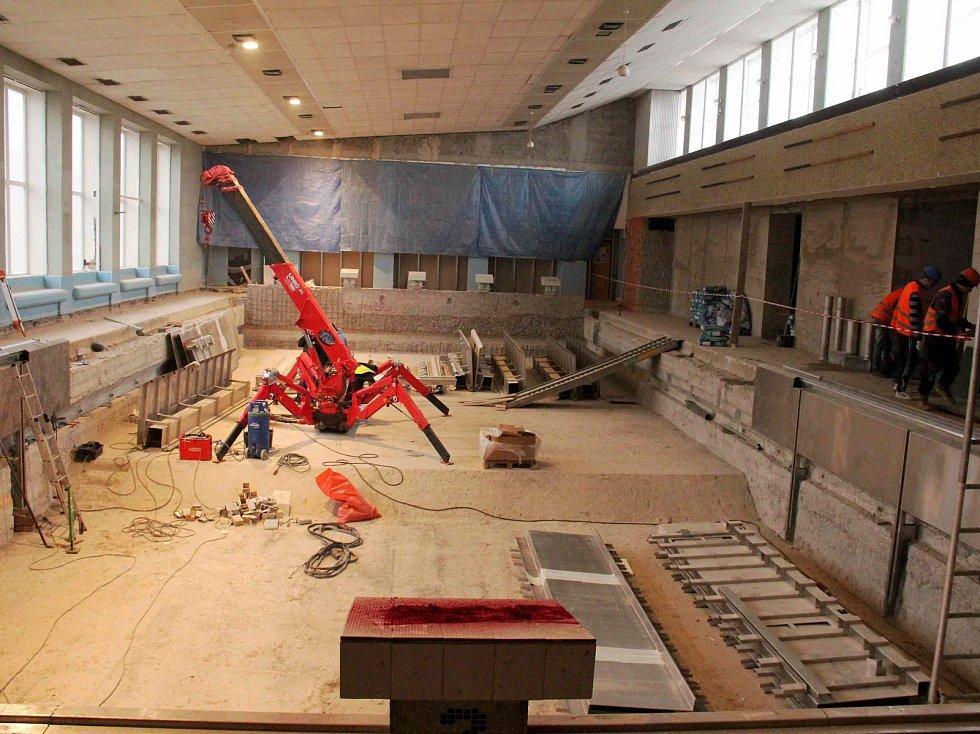 Staveniště uvnitř i venku. Tak se dá popsat aktuální stav mýtského bazénu. Největší investice města za poslední dobu spolkne bezmála 65 milionů korun.