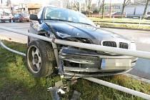 Řidič ujíždějící před policií havaroval na světelné křižovatce u Avionu v Ústí nad Orlicí.
