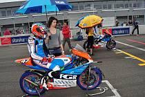 Skvělou kvalifikaci přetavila stáj Moto FGR ve vítězství. Karel Hanika však do cíle nedojel.