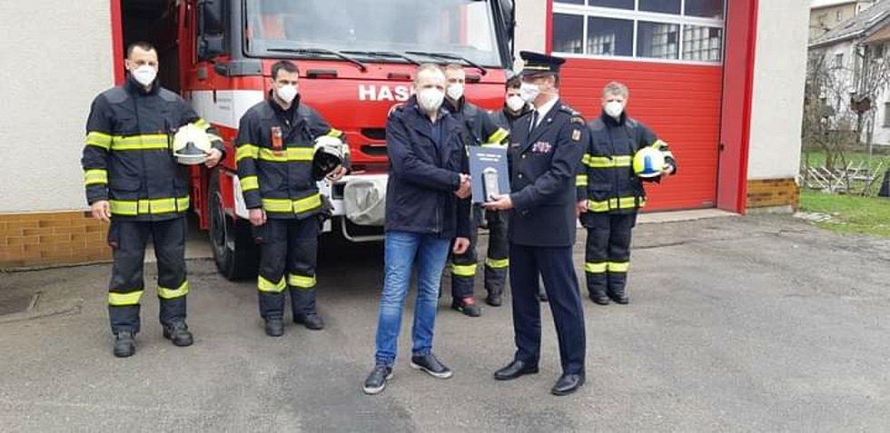 Michal Dvořák, muž, který zachránil chlapce na rybníku v Žamberku dostal ocenění od ředitele krajských hasičů, Foto: HZS PK