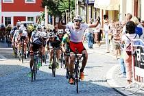 Závěrečný finiš čtvrté etapy závodu Regionem Orlicka ve stoupání na lanškrounské náměstí.