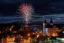 ŽAMBERK: Tradiční ohňostroj na Nový rok nechyběl ani v Žamberku. Letos světelné show odpálené z Masarykova náměstí oproti loňské mlze přálo počasí a kdo přišel, nelitoval.
