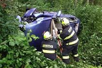 Automobil spadl u Domoradic ze srázu