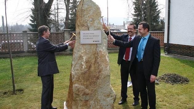 Poklepání na základní kámen nové výrobní haly firmy Bühler v Žamberku.
