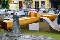 Lžíce na náměstí v Jablonném nad Orlicí.