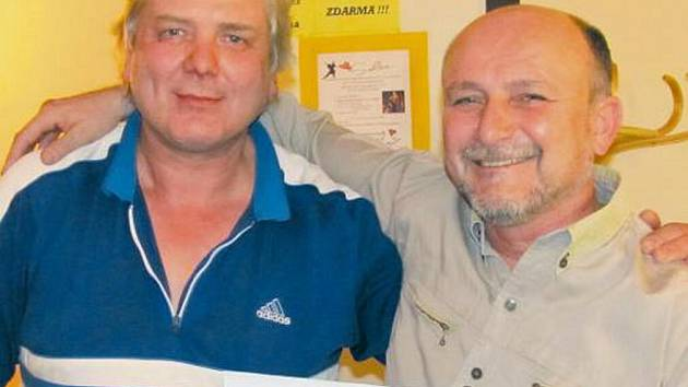 Vítěz Pavel Bureš z Ústí (vlevo) s organizátorem turnaje Janem Bílkem.