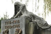 Nová plastika na pomníku obětem války a holocaustu.