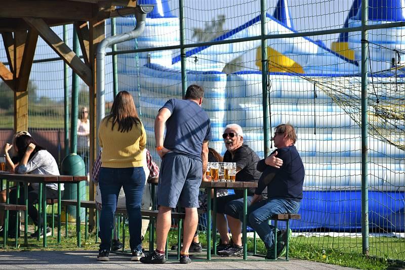 V Dobříkově mají nové hřiště. Sportovci ho najdou za místním kostelíkem.