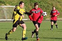 UTKÁNÍ Jablonného a Libchav dospělo až do penalt. Na snímku bojují o míč domácí Špaček (vpravo) a hostující Kopfštein.