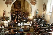 VÁNOČNÍ MŠE JAKUBA JANA RYBY zazněla v sopotnickém kostele na druhý svátek vánoční dopoledne v provedení členů místních i ústeckých sborů pod vedením  sbormistra a skladatele Josefa Vondráčka. Mši celebroval ústeckoorlický kněz Vít Horák.