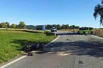 Zraněného motorkáře transportoval vrtulník.