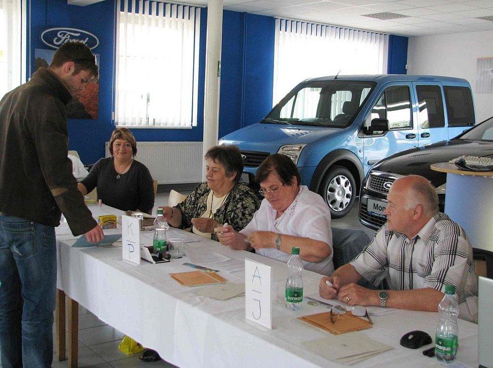 Volební komise v prodejně automobilů.