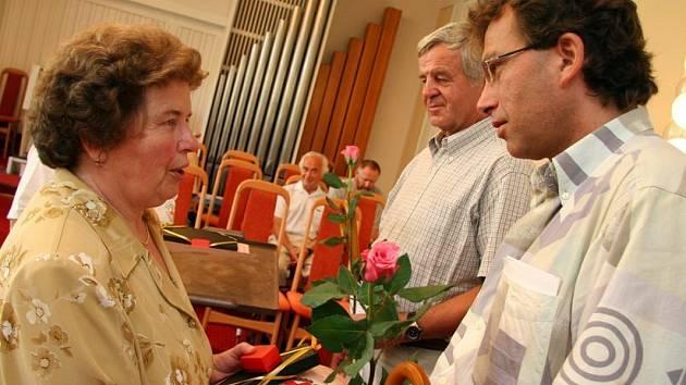 Zlaté kříže za osmdesát odběrů krve převzali bezpříspěvkoví dárci z Orlickoústecka.