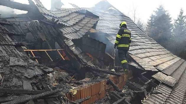 Příčinou vzniku požáru domu v Dolní Lipce  jsou dle slov vyšetřovatele hasičů netěsné spáry v komíně.