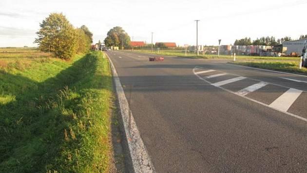 Z nehody auta a motocyklu u Vysokého Mýta.