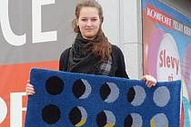 Studentka ústecké Střední školy uměleckoprůmyslové Veronika Bílková s kobercem vyrobeným podle jejího návrhu.