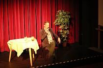 Nejen pro posluchače Choceňské univerzity volného času se v pondělí v Panském domě v Chocni konalo setkání s populárním moderátorem a bavičem Alešem Cibulkou.