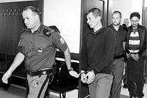 Soud se dvěma kumpány, kteří se upálením čtyř lidí zaživa chtěli v českotřebovské místní části Lhotka zbavit nepohodlných sousedů. Na snímku je justiční stráž přivádí k hlavnímu líčení.