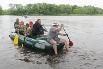 Vodáci KČT v Lanškrouně připravili pro děti ze speciální školy a dětského domova hry na vodě i na souši.