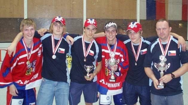 Z cenných kovů se na evropském šampionátu radovali také zástupci regionu: (zleva) Vladimír Blecha, Lukáš Vašátko, Filip Štefka, Michal Válek, Ondřej Lux a asistent trenéra Jaroslav Badzik.